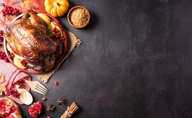 Koncepcja tła kolacji dziękczynnej z pieczonym indykiem i potrawami ze wszystkich stron