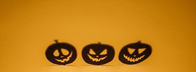 Koncepcja tło halloween. jack o dyni zły cień twarzy. upiorny uśmiechnięty cień pomarańczowej latarni z dyni widok z góry z bliska, projekt halloween party