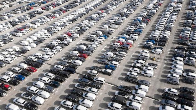 Koncepcja transportu z zaparkowanymi samochodami