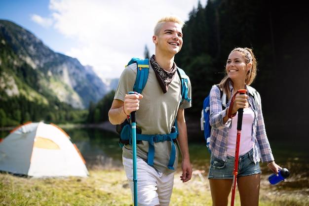 Koncepcja trekkingu, kempingu, turystyki pieszej i dzikiego życia. grupa przyjaciół wędruje na łonie natury