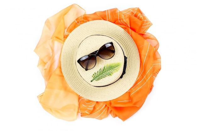 Koncepcja tropikalny lato z kobietą słomkowy kapelusz, okulary przeciwsłoneczne, plaża zakryć na białym. leżał płasko, widok z góry