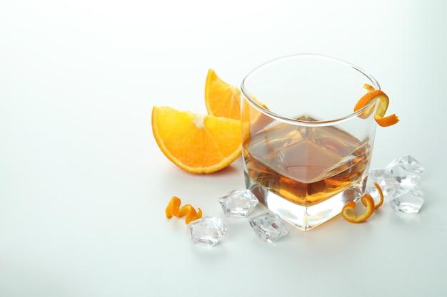 Koncepcja twardych napojów alkoholowych z koniakiem