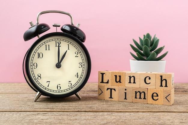 Koncepcja twórcza słowo czas obiadu na drewnianym bloku.