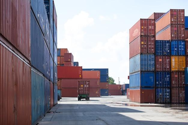Koncepcja ubezpieczenia morskiego i przewoźnika. plac kontenerowy cargo. skrzynia kontenerowa do transportu ładunków w stoczni logistycznej. kolorowe stosy kontenerów ładunkowych w porcie żeglugowym.