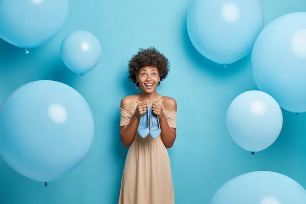 Koncepcja ubrania moda kobiet. szczęśliwa modelka uśmiecha się szeroko skoncentrowana powyżej czeka na wakacje