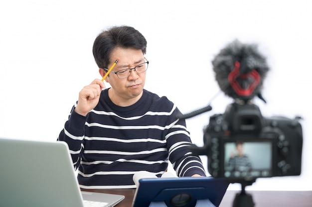 Koncepcja uczenia się online. azjatycki nauczyciel w średnim wieku, przygotowujący się do nauki online.