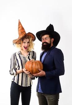 Koncepcja uroczystości i przyjęcia młodzi ludzie ubrani na halloween party halloween para w czarownice