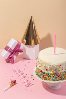 Koncepcja urodzinowa z ciastem