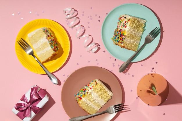 Koncepcja urodzinowa z pysznym ciastem płaskim lay