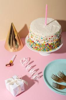 Koncepcja urodzinowa z pysznym ciastem