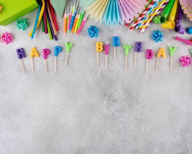 Koncepcja urodzinowa z widokiem z góry z miejscem na kopię