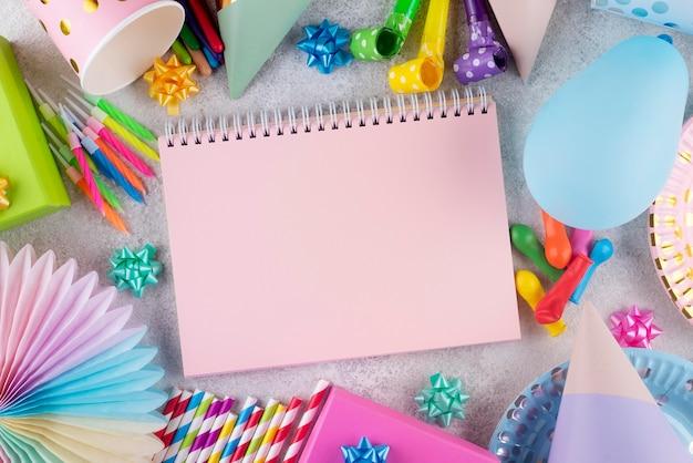 Koncepcja urodzinowa z widokiem z góry z notebookiem