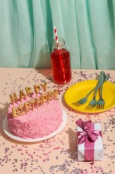 Koncepcja urodzinowa z wysokim kątem ciasta