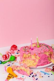 Koncepcja urodzinowa z wysokim kątem z ciastem