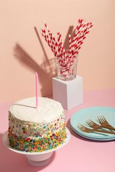 Koncepcja urodzinowa ze smacznym ciastem