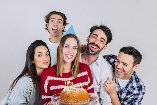 Koncepcja urodzinowy z grupą przyjaciół