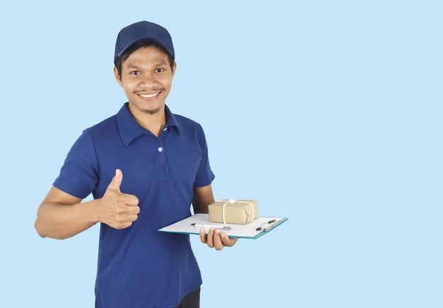 Koncepcja usługi dostawy mężczyzna dostawy trzymający schowek w pudełku i kciuki w górę na niebiesko