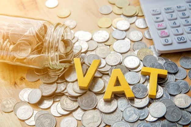 Koncepcja vat.word vat umieścić na monety i kalkulator na stole