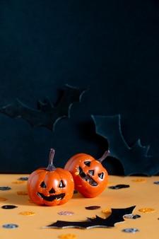 Koncepcja wakacje halloween z jack, dynie, nietoperze, kompozycja konfetti.