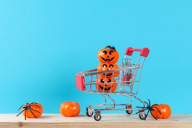 Koncepcja wakacje halloween z wystrojem dyni na drewnianym stole.