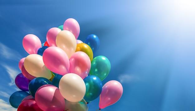 Koncepcja wakacje. kilka kolorowych balonów na tle nieba