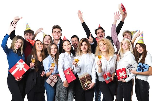Koncepcja wakacje. szczęśliwi ludzie świętują wakacje z szampanem.