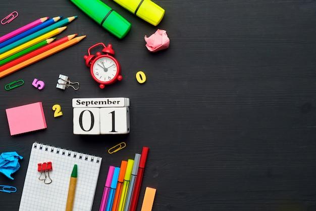 Koncepcja wakacje z powrotem do szkoły z datą kalendarza września na podłoże drewniane