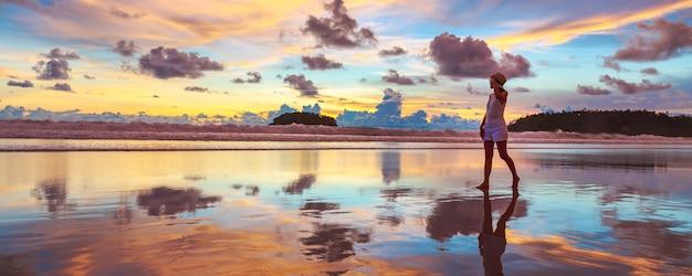 Koncepcja wakacji letnich podróży, podróżnik azjatycka kobieta z kapeluszem relaks i zwiedzanie na plaży kata o zachodzie słońca w phuket, tajlandia