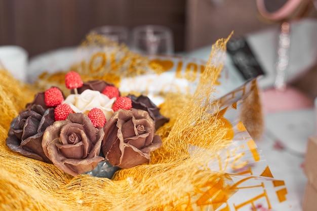 Koncepcja walentynek, czekoladowy bukiet róż w złotym opakowaniu, miejsce na kopię