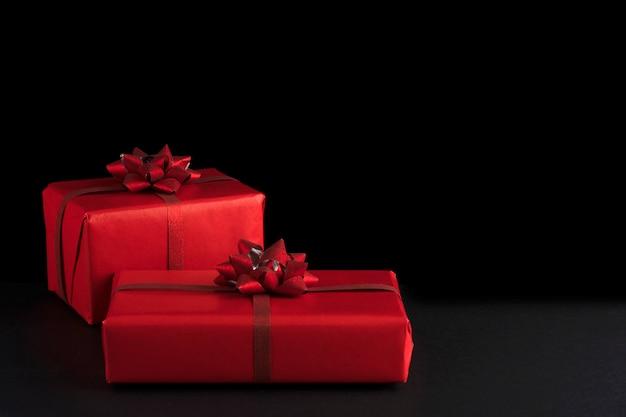 Koncepcja walentynki. czerwone prezenty świąteczne