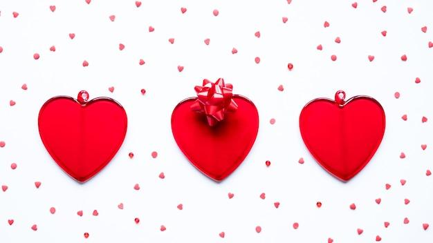 Koncepcja walentynki czerwone serca i łuk na białym tle