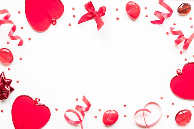 Koncepcja walentynki czerwone serca i wstążki na białym tle