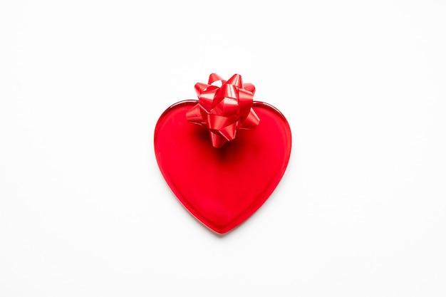 Koncepcja walentynki czerwone serce i łuk na białym tle