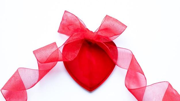 Koncepcja walentynki czerwone serce, łuk i wstążka na białym tle