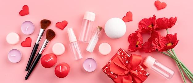 Koncepcja walentynki i dzień kobiet. modne akcesoria kosmetyczne w pudełku prezentowym