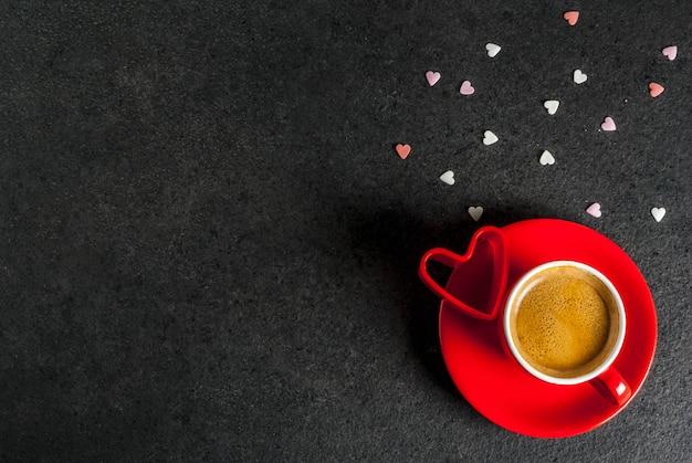 Koncepcja walentynki, kubek kawy i słodkie serce w kształcie kropi, czarny, widok z góry lato