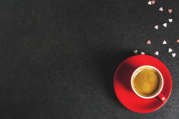 Koncepcja walentynki, kubek kawy i słodkie serce w kształcie kropi