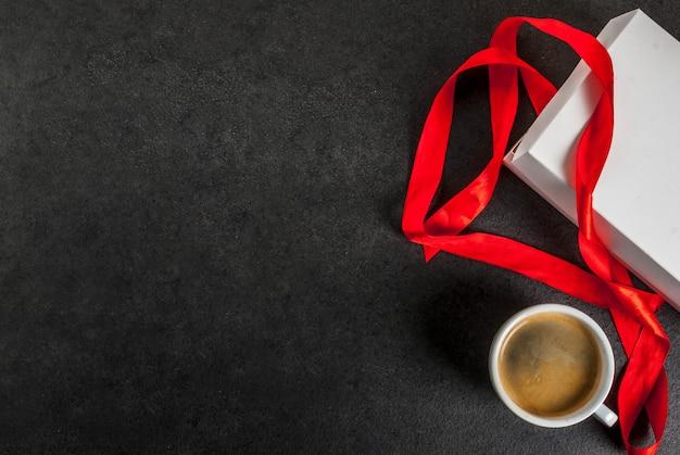 Koncepcja walentynki, pudełko z czerwoną wstążką, kubek kawy
