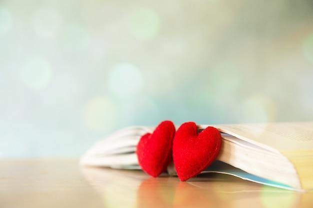 Koncepcja walentynki. serce książki. kartki z życzeniami.