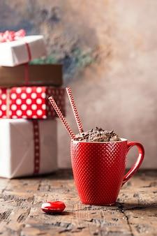 Koncepcja walentynki z czerwoną filiżanką koktajlu czekoladowego na drewnianym stole