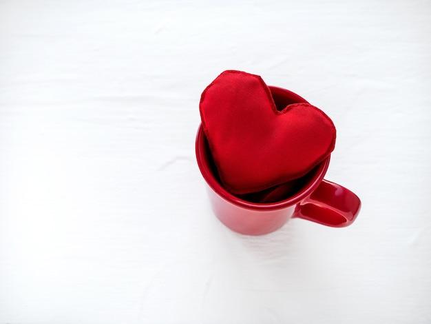 Koncepcja walentynki z czerwonym sercem w kółku na białym tle. widok z góry.