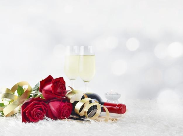 Koncepcja walentynki z kieliszkami do szampana i czerwonych róż