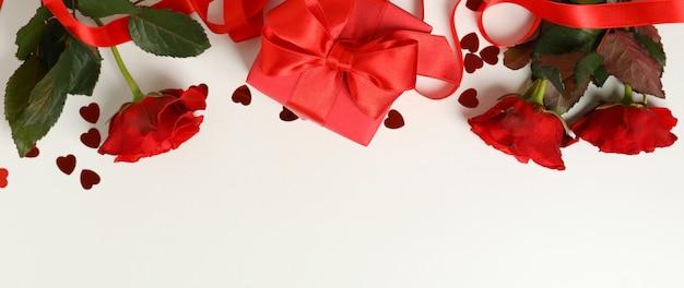 Koncepcja walentynki z różami i pudełko na białym tle