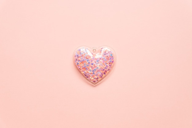 Koncepcja walentynki z różowym sercem na jasnym tle, widok z góry, miejsce.