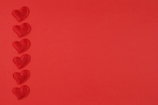 Koncepcja walentynki z sercami na czerwonym tle