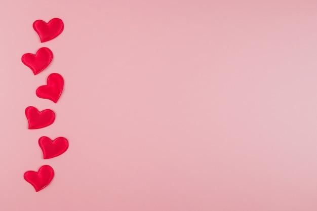 Koncepcja walentynki z sercami na różowym tle