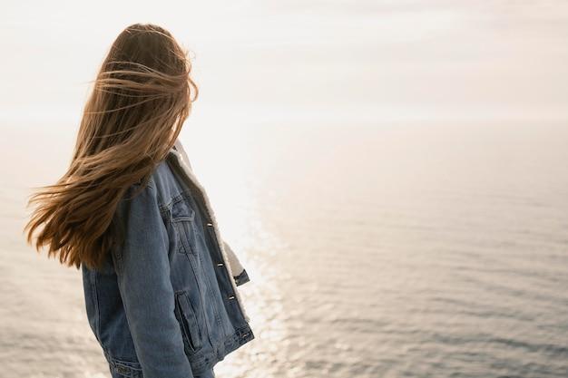 Koncepcja wanderlust z młodą kobietą z przyrodą wokół niej