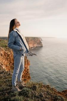Koncepcja wanderlust z młodą kobietą z przyrodą