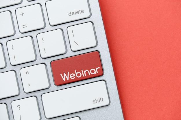 Koncepcja webinarium online na klawiaturze z przyciskiem.