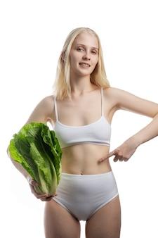 Koncepcja wegańska kobieta zdrowej żywności i smacznej żywności opieki zdrowotnej koncepcja bazy roślin medycznych.